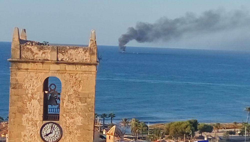 Incendio del pesquero 'Estrella del Rosario' en El Campello y La Vila.
