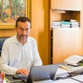 Carlos González, alcalde de Elche, en su despacho del Ayuntamiento de Elche.
