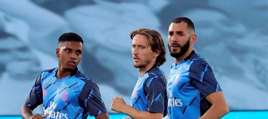 Rodrygo, Modric y Benzema, en el calentamiento con el Real Madrid.