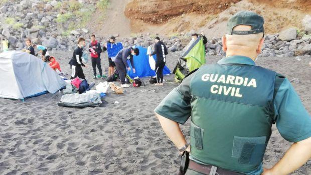 Desalojan la playa de Los Patos tras interceptar una quedada para difundir la Covid 19