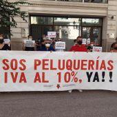 El sector de las peluquerías inicia sus protestas en València ante la amenaza de cierre de 16.000 salones