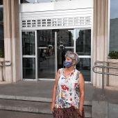 La portavoz de Unidas Podemos, Nieves Peinado, y la responsable de Comunicación de IU, Carmen Soaenz, frente al AYuntamiento de Ciudad Real