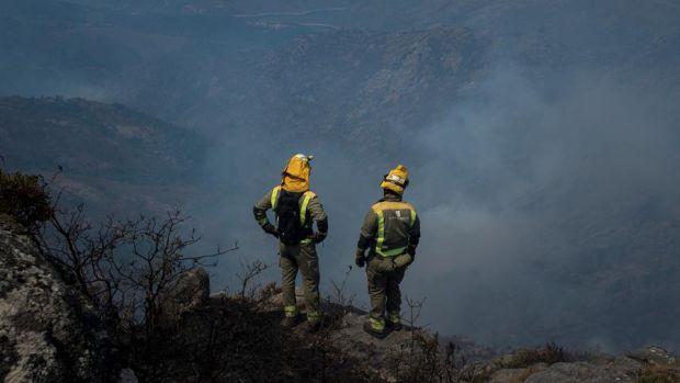¿Cómo trabajan los bomberos para apagar un incendio?