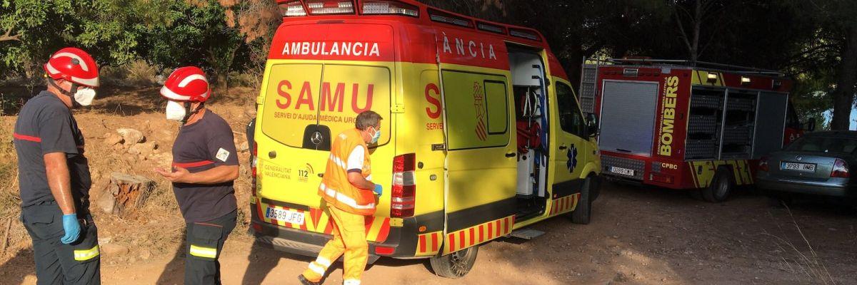 Los bomberos durante el rescate de la menor.