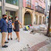 La concejala de Urbanismo, Ana Arabid, visitando las obras en la Plaça de Baix.