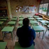 Un profesor en una clase vacía de un instituto