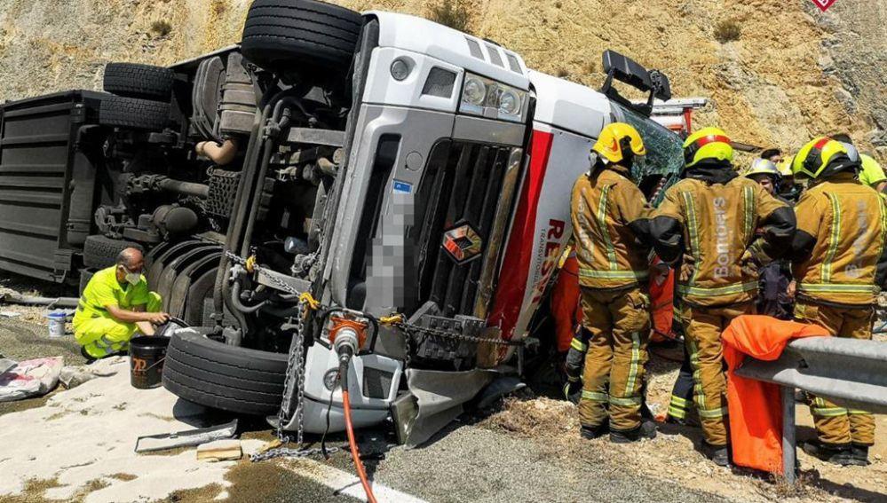 Los bomberos y la asistencia sanitaria tardaron más de una hora en evacuar al conductor accidentado debido a la dificultad.