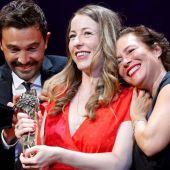 Pilar Palomero, rodeada por sus productores Álex Lafuente y Valerie Delpierre, recoge la Biznaga de Oro de Málaga por 'Las niñas'