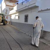 Operarios desinfectando las calles de Paterna
