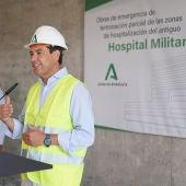 Juanma Moreno visita el hospital militar de Sevilla.