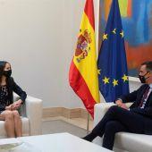 El presidente del Gobierno, Pedro Sánchez, conversa en la Moncloa con la líder de Ciudadanos, Inés Arrimadas, durante su ronda de contactos con los partidos políticos.