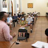 L´alcalde José Benlloch i la regidora d´Educació durant la reunió amb les mares i pares en la casa dels Mundina.