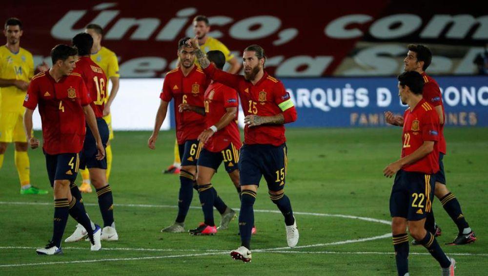 El capitán de la selección española, Sergio Ramos, celebra el primer gol conseguido ante Ucrania
