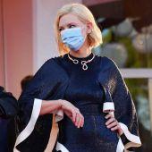 Alberto Barbera y Cate Blanchett se saludan en la alfombra roja de Venecia 2020