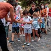El alumnado del colegio Jesús y María de Valencia se aplica gel desinfectante durante el primer día de clase en la Comunitat Valenciana