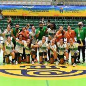 Jugadoras y miembros del cuerpo técnico del Club Balonmano Elche celebran el pase a la final de la Copa de la Reina 19/20.