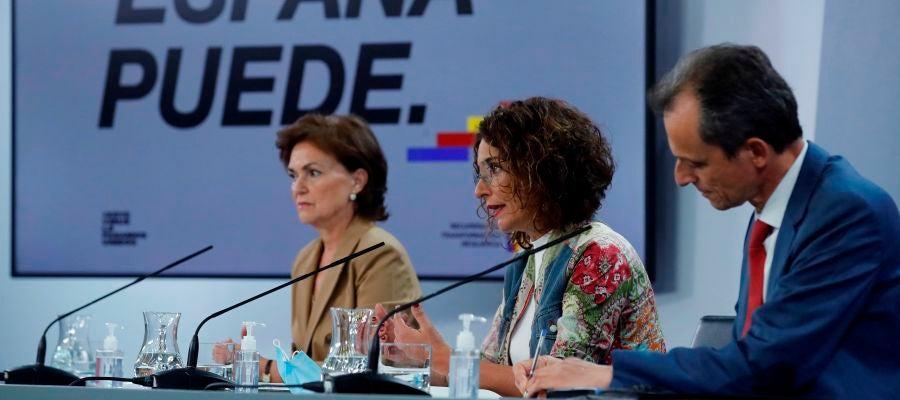 La vicepresidenta primera, Carmen Calvo, la ministra portavoz y ministra de Hacienda, María Jesús Montero, y el ministro de Ciencia e Innovación, Pedro Duque.