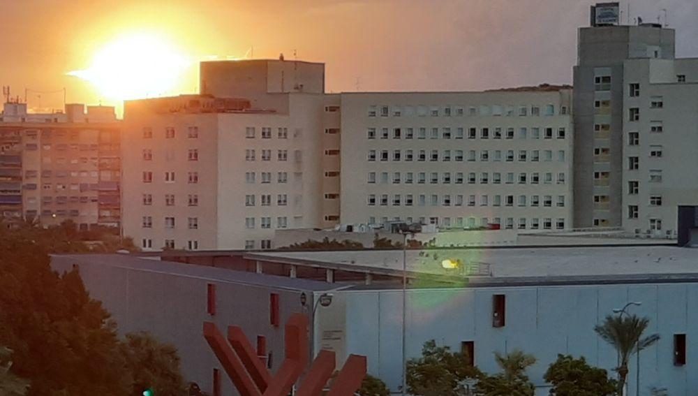 El Hospital General de Alicante al amanecer