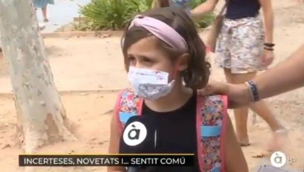 Una niña entrevistada por À Punt