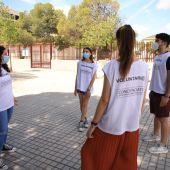 Jóvenes voluntarios en un centro de enseñanza secundaria
