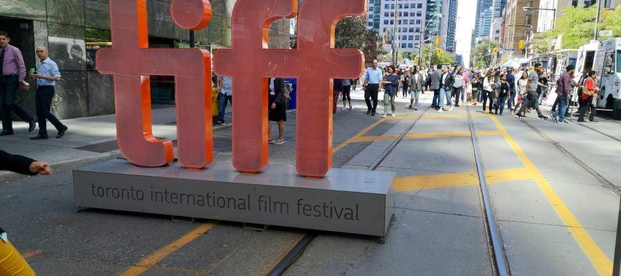 Logotipo gigante del Festival Internacional de Toronto en una de las principales avenidas de la ciudad