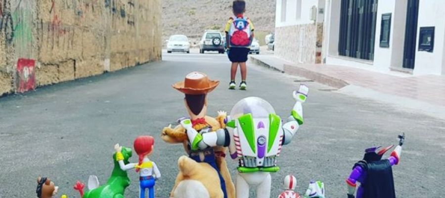 """La foto viral de Enzo en su primer día de colegio con sus juguetes de Toy Story: """"Hasta el infinito y más allá"""""""