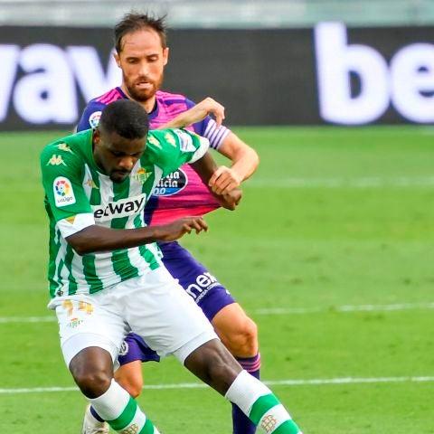 William Carvalho protege el balón ante Míchel Herrero.