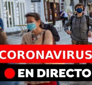 Colas guardando la distancia de seguridad por el coronavirus esperando para ser atendidos
