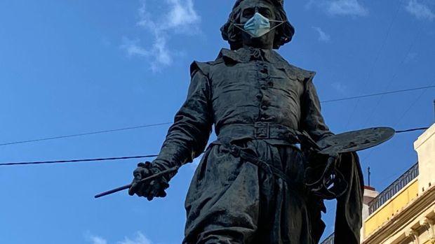 El Ayuntamiento coloca mascarillas a las estatuas de la ciudad