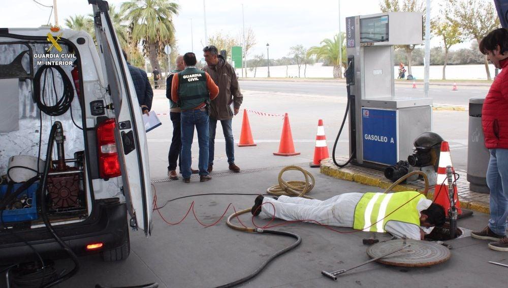 Investigación de la Guardia Civil en la gasolinera de Coria del Río