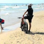 Agente de la Policía Local de Elche en una playa del municipio.