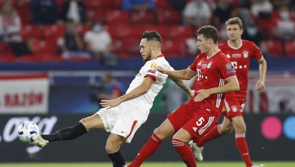 Lucas Ocampos realiza un pase en el partido ante el Bayern de Múnich.