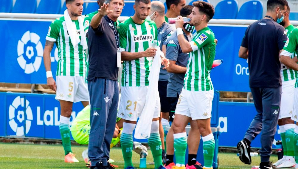 Pellegrini da indicaciones a Guido Rodríguez y Álex Moreno.