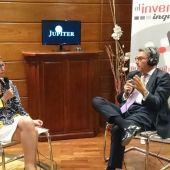 María Jesús Soto y Gonzálo Azcoitia en la sala de bolsa de Andbank en León