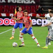 Luis Milla controla el balón en el partido del Granada.