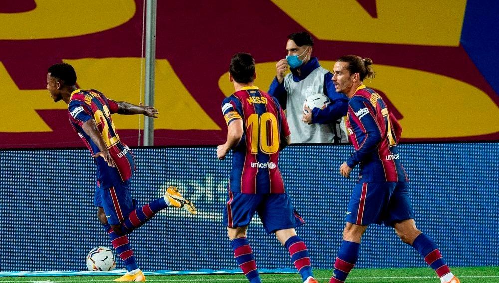 Los jugadores del Barcelona celebran el gol de Ansu Fati