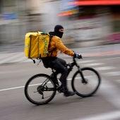 Un repartidor de Glovo circula en bicicleta por Madrid