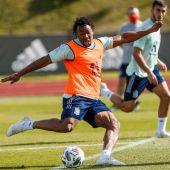 Adama Traoré dispara en un entrenamiento con España.