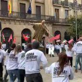 Derriban estatuas de Colón y Felipe VI en Pamplona
