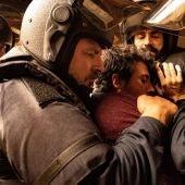El actor Roberto Álamo, en primer plano, en una imagen promocional de la serie 'Antidisturbios'