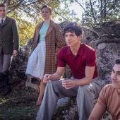 Esther Expósito e Isaac Hernández, en el centro, rodeados por Carlos Cuevas y Alejandro Speitzer en 'Alguien tiene que morir'