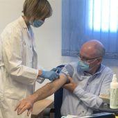 Ángel Pérez Sola durante la vacunación de la campaña de la gripe en 2020