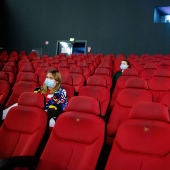 Imagen de una sala de cine de Reino Unido con varias espectadoras