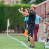 Quique Cano, entrenador del Elche CF Femenino, da indicaciones desde la banda del campo municipal José Díez Iborra.