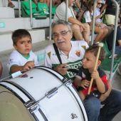 Paco Beltrán, de la peña IFEMA del Elche CF, junto a dos de sus nietos.