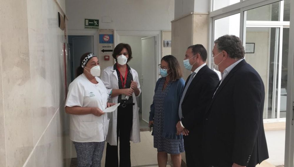 El delegado de la Junta en Sevilla, Ricardo Sánchez, durante la visita al centro de salud Pino Montano B