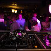 Clientes bailan en un bar de copas.