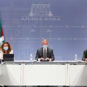 Iñigo Urkullu, acompañado por los consejeros de Seguridad, Josu Erkoreka, y Salud, Gotzone Sagardui