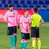 Leo Messi habla con el árbitro durante el Getafe - Barcelona