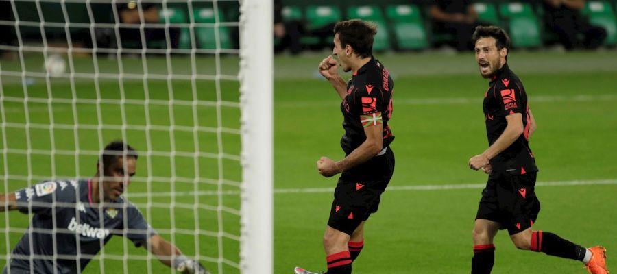 El jugador de la Real Sociedad Mikel Oyarzabal celebra un gol